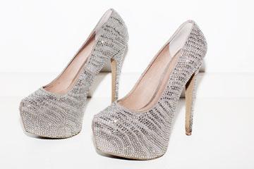 """נעליים, סטיב מאדן. """"אלה נעלי החתונה שלי. היה לי חשוב בחתונה שהנעליים יהיו על עקבים גבוהים, כי זה נותן למי שלובשת מראה אצילי, ובחתונה העדפתי להיראות אצילית יותר מאשר סקסית"""" (צילום: ענבל מרמרי)"""