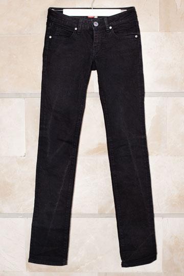 """מכנסיים, קסטרו. """"המדים שלי זה סקיני ג'ינס, גופיית סבא ונעלי עקב"""" (צילום: ענבל מרמרי)"""
