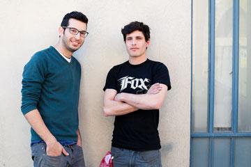 טל מור ותום בנדקובסקי. למטה: מקו המנורות שהם מעצבים מחלקי אופניים משומשים (צילום: ענבל מרמרי)