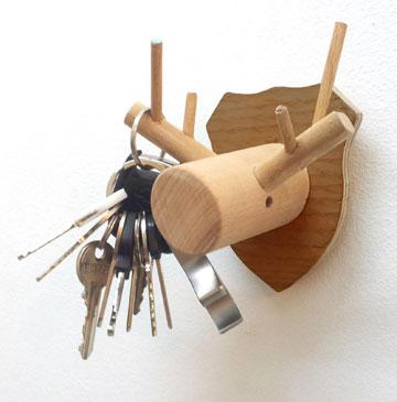 תום בנדקובסקי מעצב מתלים מעץ