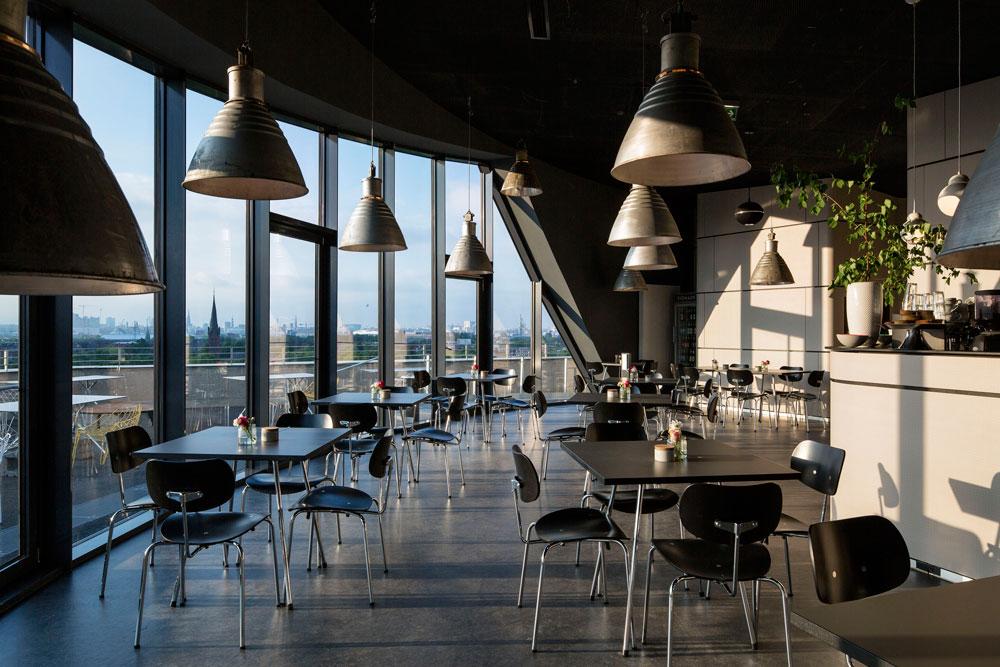 בבית הקפה, שנחנך רק לפני כחצי שנה, ביקרו כבר 100 אלף איש. הגישה למרפסת העליונה עולה יורו אחד (צילום:  IBA Hamburg GmbH / Bernadette Grimmenstein)