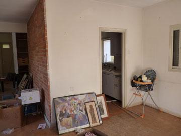 מטבח סגור וקטן וקיר לבנים אדומות. הבית ''לפני'' (צילום: באדיבות משפחת מאיק)