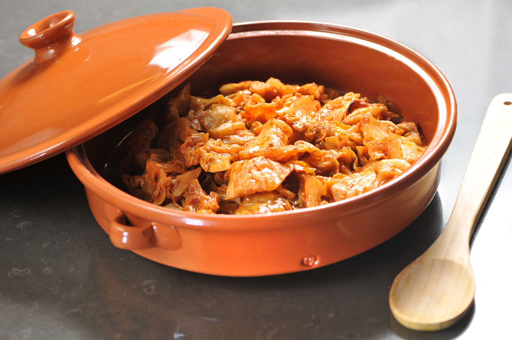 תוספת מושלמת לאורז מלא. כרוב צלוי בתנור ברוטב אדום  (צילום: דודו אזולאי )