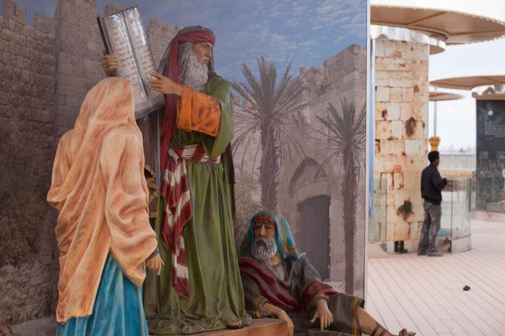 משה רבנו משמאל, פועל במתחם מימין (צילום: דור נבו)
