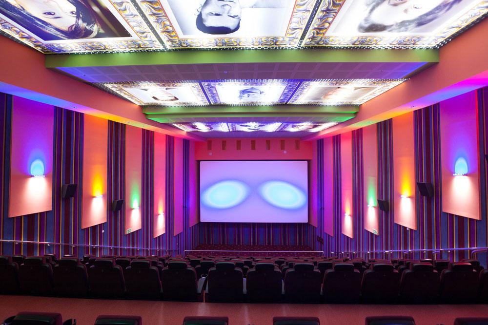 הירושלמים ייהנו מאולמות קולנוע עם תנאי צפייה משובחים, כיסאות חדישים ומעברים מרווחים. הוויכוח על פתיחתו בשבת עדיין סוער (צילום: דור נבו)