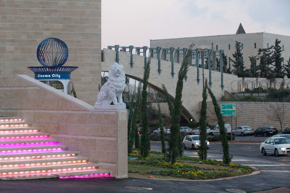 על חומותיך עיר דוד הפקדתי שומרים. מעטפת האבן של המתחם מתעתעת לחשוב שמדובר בעוד מבנה ציבור רשמי (צילום: דור נבו)