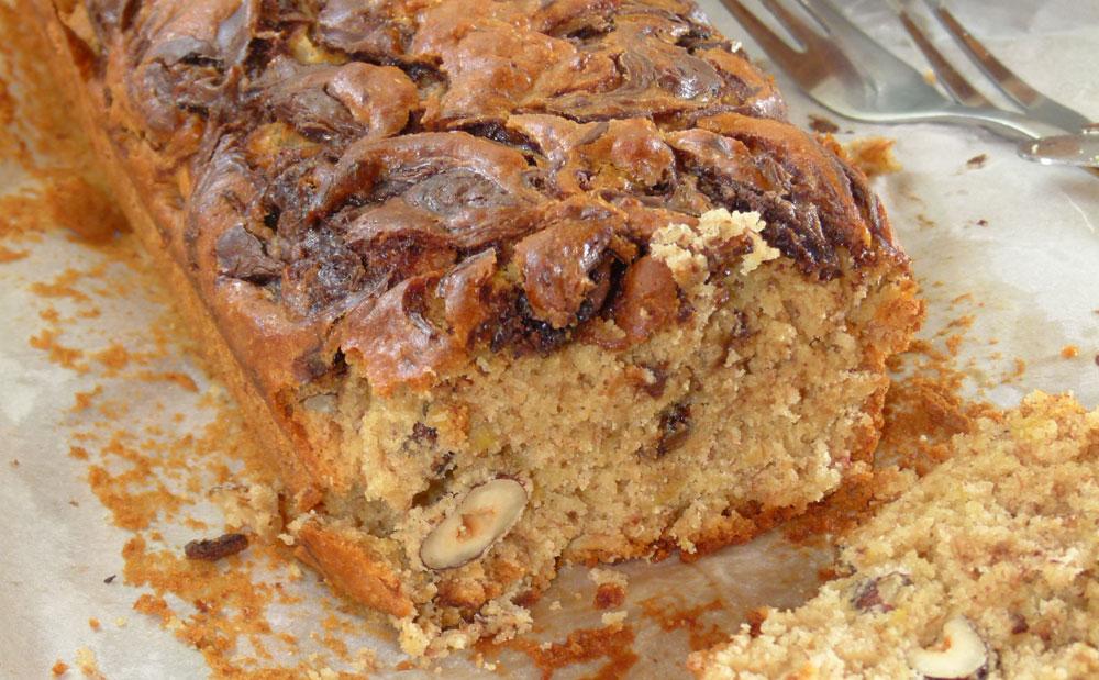 עוגת בננות בחושה עם אגוזי לוז, חמאת בוטנים ושוקולד (צילום: מרילין איילון)
