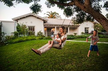 מיה מאיק וילדיה בגינה. ''אם לא מפריזים הסגנון הזה נעים'', היא אומרת על הבית (צילום: גלעד רדט)