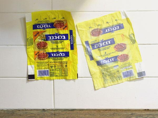 נייר האפייה של שנות ה-50. עטיפות מרגרינה מתייבשות על הקיר (צילום: אסנת לסטר)