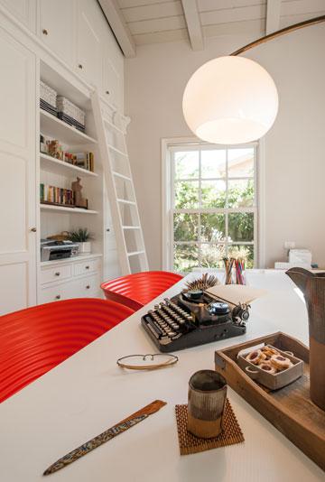 חדר העבודה הביתי. יש גם משרד בבית עץ בחוץ (צילום: גלעד רדט)
