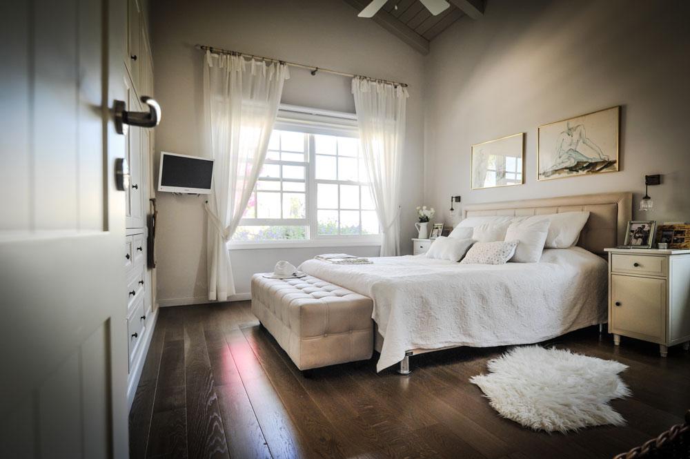חדר ההורים גדול ונוח, בסגנון רומנטי ומרופד (צילום: גלעד רדט)