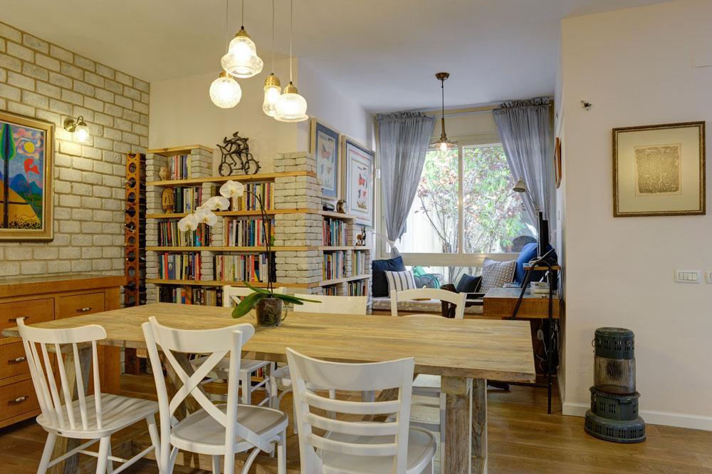 סביב שולחן האוכל הוצבו שישה כיסאות שכל אחד מהם מעוצב אחרת, אבל כולם לבנים כדי לשמור על אחידות ויזואלית (צילום: אדריאן דודה)