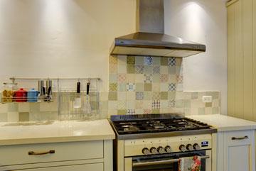 אריחים המשתלבים באופן מושלם במטבח הלבן (צילום: אדריאן דודה)