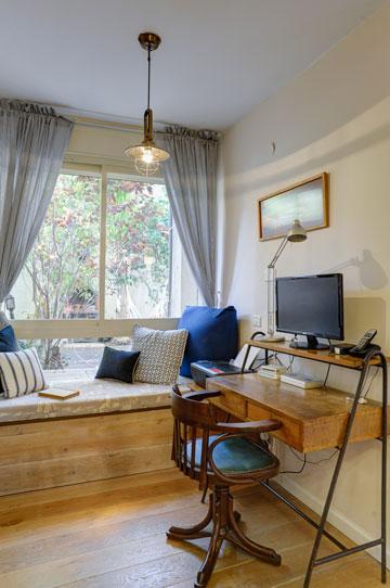 פינת הקריאה המיוחדת כוללת ספסל מרופד הצמוד לחלון ושולחן כתיבה מיוחד, ירושה מהסבא (צילום: אדריאן דודה)
