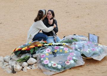 תהילה כהן ליד קבר בעלה דוד (צילום: ישראל יוסף)