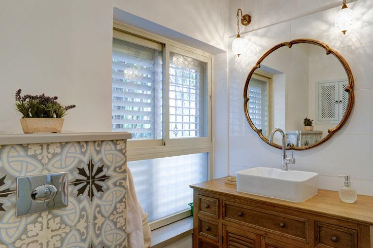 במסגרת השיפוץ נבנה עבור ההורים חדר אמבט משלהם  (צילום: אדריאן דודה)