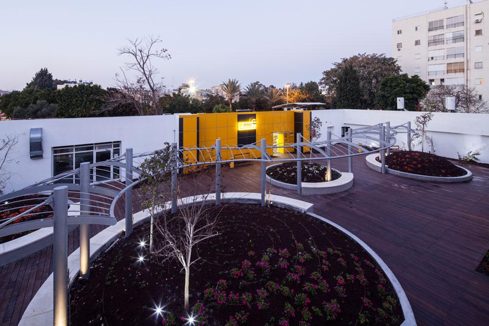 גן אטינגר בבית החייל בתל אביב. גג מחופה דק עם גבעות מלאכותיות וספסלים (צילום: טל ניסים)