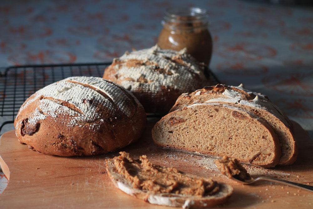 לחם כפרי עם אגוזים ותאנים (צילום: אורלי חרמש)