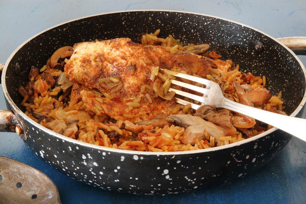 חזה עוף עם אורז ופטריות (צילום: אסנת לסטר)