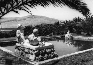 הבריכה והפסלים שלמרגלות הבניין (באדיבות ארכיון תל יוסף)