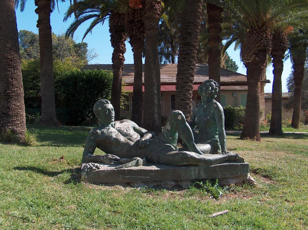 פסל ההורים על המדשאה שלמרגלות הבניין. פעם הייתה כאן בריכת נוי מלבנית, ואפשר לראות אותה באחת התמונות ההיסטוריות למטה (צילום: מיכאל יעקובסון)