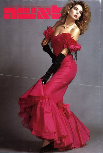 """שמלה של יהודה דור על שער ''לאשה''. """"הוא השתמש בבדים מנומרים של ורסאצ'ה, וב-93' הוא עשה פינאלה של בגדים בזהב ושחור. על אף שלא אהבו את זה, הוא לא חשש לצאת עם האמירות האישיות שלו"""", אומרת פזית דור"""