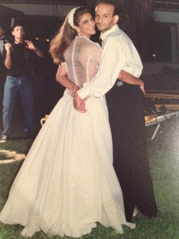 """יהודה ופזית דור, ושמלת הכלה שעיצב לה. """"בחתונה צחקו שהזוג רוקד רק אחד עם השני, כי לא היינו צריכים אף אחד""""  (צילום: אבי ולדמן)"""