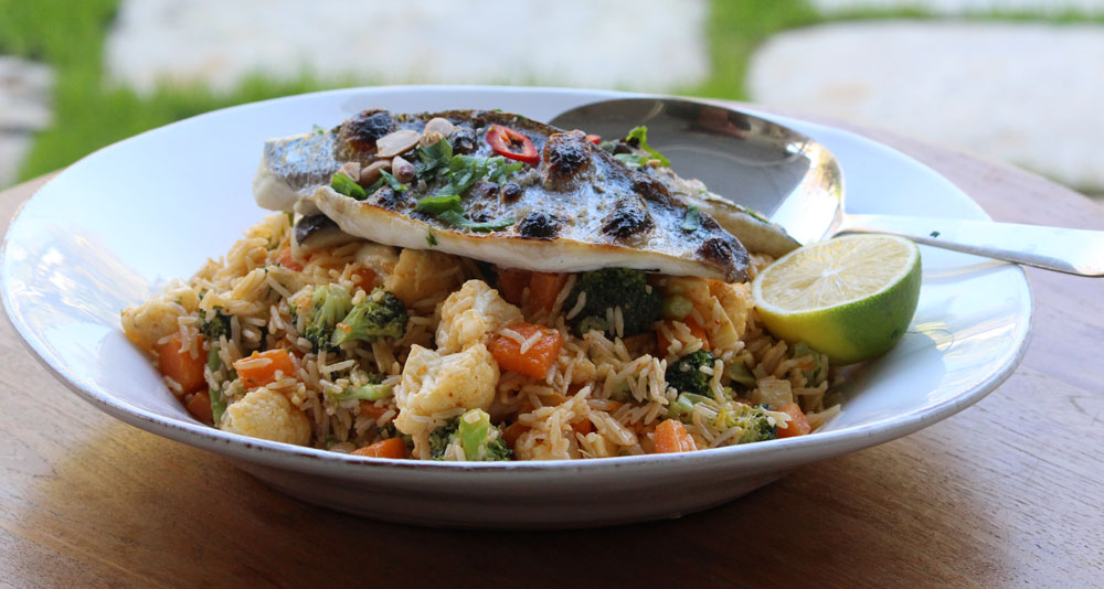 אורז מוקפץ עם ירקות חורפיים ודג (צילום: סיון שטרנבך)