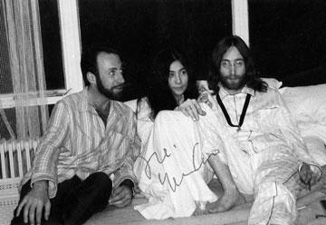 """עם לנון ואונו, 1969. """"אנשים דרשו שלא אהיה ברשימת הליכוד כי אני מתרועע עם לנון השמאלני"""" (צילום רפרודוקציה: מיכאל קרמר)"""
