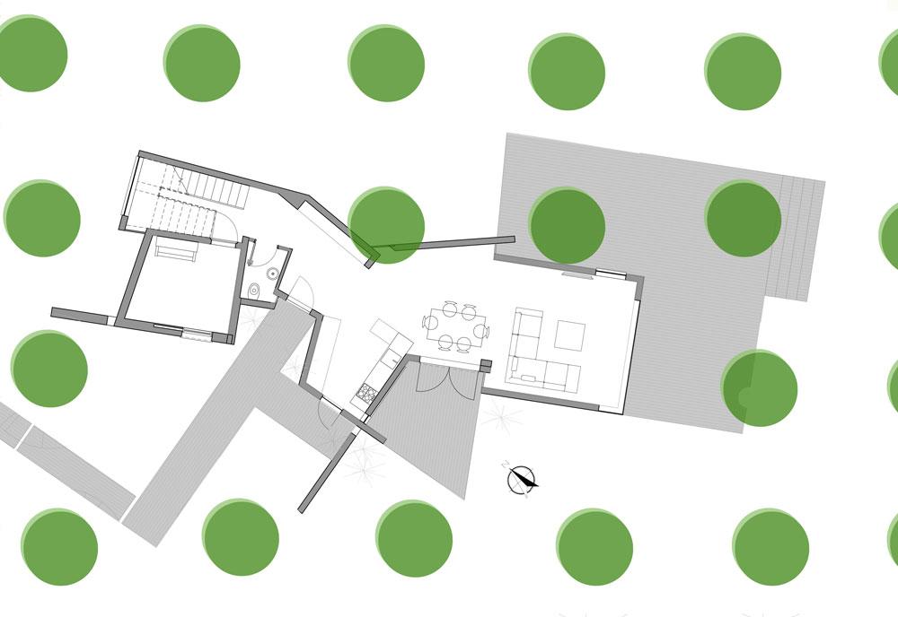 תוכנית קומת הקרקע: משמאל לדלת הכניסה שירותי אורחים, ממ''ד שמשמש כחדר עבודה והוראה וגרם המדרגות. בצד שפונה למטע מוקמו המטבח, פינת האוכל והסלון (תכנון: נוימן חיינר אדריכלים)