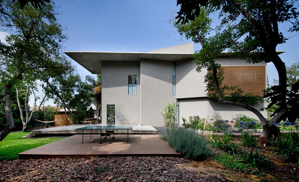 חלק מהחלונות המאורכים נוצרו בעקבות מפגשים בין קירות אלכסוניים. גם הפרופורציות של הבית חריגות: הוא צר וארוך, וחזיתותיו תוכננו ביחס של 1:5 (צילום: עמית גושר)