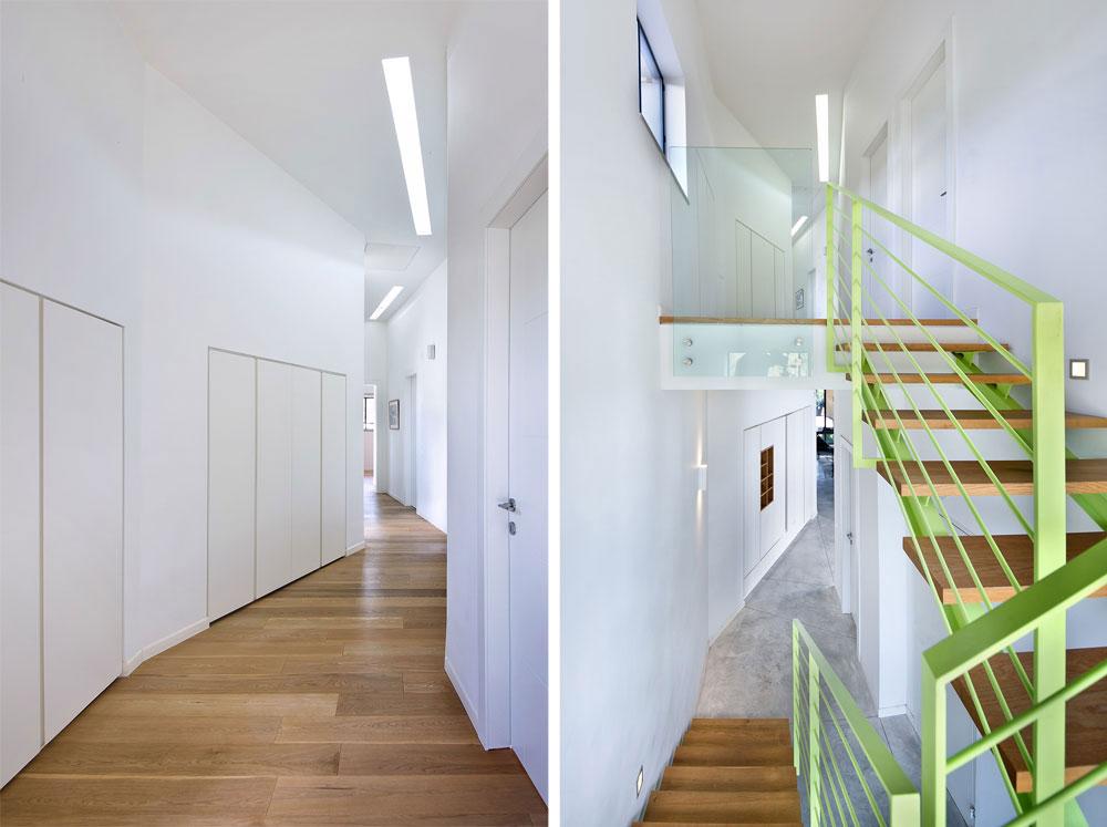 קונסטרוקציית הברזל של גרם המדרגות (מימין) נצבעה בגוון ירוק זרחני, שמזכיר את בשר פרי האבוקדו. משמאל מסדרון הקומה העליונה: מצדו האחד 3 חדרי ילדים, מצדו השני ארונות אחסון, ובסופו יחידת ההורים (צילום: עמית גושר)