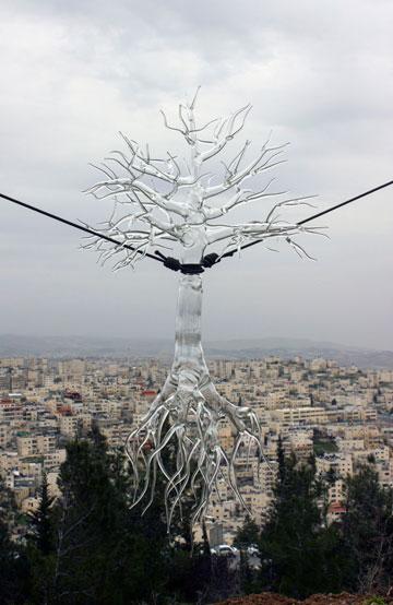 על רקע הנוף הנשקף מבצלאל: עץ זכוכית עם שורשים