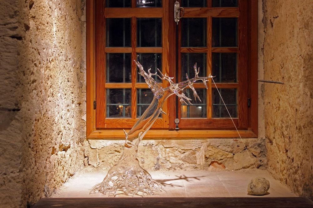 אחד מ-5 העצים שיצר סימונה קרסטני במהלך חודש שהותו בבצלאל. הוא הוזמן לעבוד בסטודיו של המחלקה לזכוכית וקרמיקה, כדי שהסטודנטים יוכלו לצפות בו וללמוד ממנו