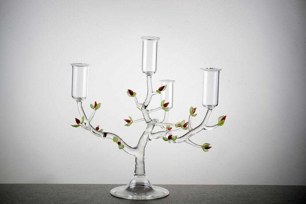 אחת העבודות של קרסטני, שיוצר על התפר שבין עיצוב לאמנות, שבין הפונקציונלי לפיסולי. את דרכו החל במקרה, כתלמיד תיכון במגמת מחשבים, שחיפש עבודה לקיץ ומצא אותה במפעל זכוכית