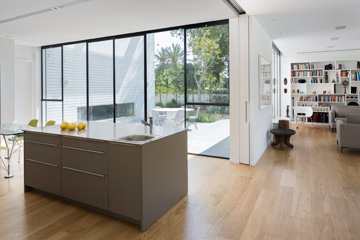 ניתן להפריד בין הסלון למטבח בעזרת דלתות הזזה מעץ (צילום: שי אפשטיין)