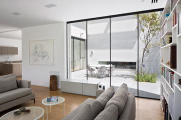 הסלון וחדר העבודה תוכננו זה מול זה, משני עברי הפטיו (צילום: שי אפשטיין)