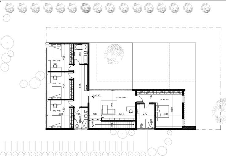 תוכנית הקומה העליונה: מימין אגף ההורים, במרכז חדר משפחה ומשמאל אגף הילדים, עם שלושת חדרי שינה, מבואה משותפת ושני חדרי רחצה - באחד מקלחון ובשני אמבטיה (תכנון: אדריכלית מאיה כדיר)