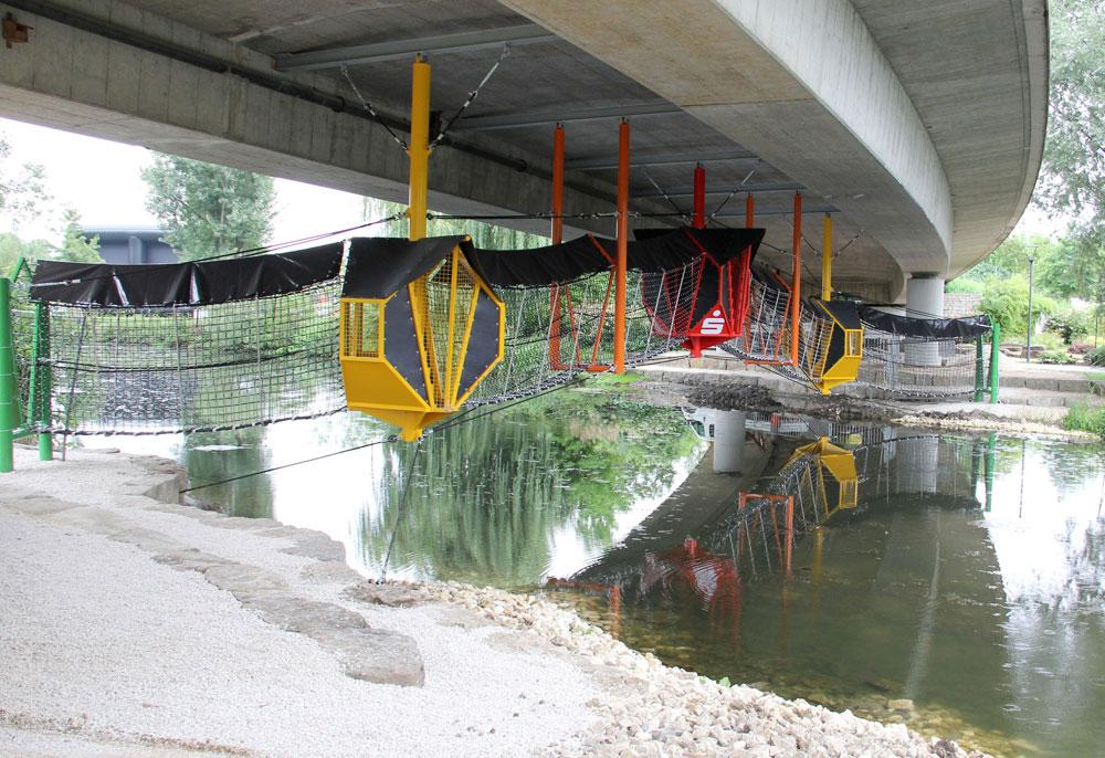 הדוגמה הגרמנית: גשר חבלים בפארק קיים בעיירה היידנהיים, שמשתמש בתשתית קיימת של גשר כדי ליצור מתחתיו גשר חבלים. במקום לפגוע בקרקע פנויה, מנצלים אלמנט קיים (צילום: Stadt Heidenheim)