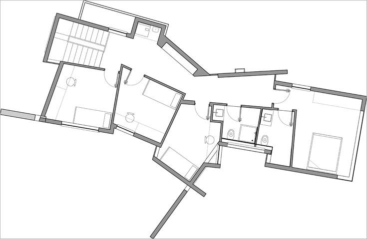 תוכנית הקומה העליונה: מסדרון ארוך שמצדו האחד 3 חדרי ילדים, מצדו השני ארונות אחסון ובסופו יחידת ההורים (באדיבות אדריכלית שרון נוימן )