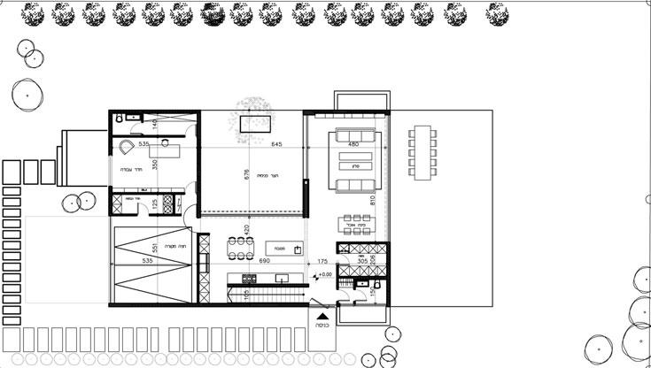 תוכנית קומת הקרקע. משמאל החניה הכפולה וחדר העבודה, במרכז המטבח והפטיו ומימין הסלון. משמאל לדלת הכניסה המדרגות לקומה העליונה ומימינה שירותי אורחים ומזווה (תכנון: אדריכלית מאיה כדיר)