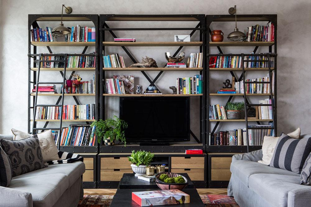 שטיח הטלאים האתני מוסיף צבע לסלון, שיתר הרהיטים בו כהים ואחידים בצבעיהם (צילום: איתי בנית)