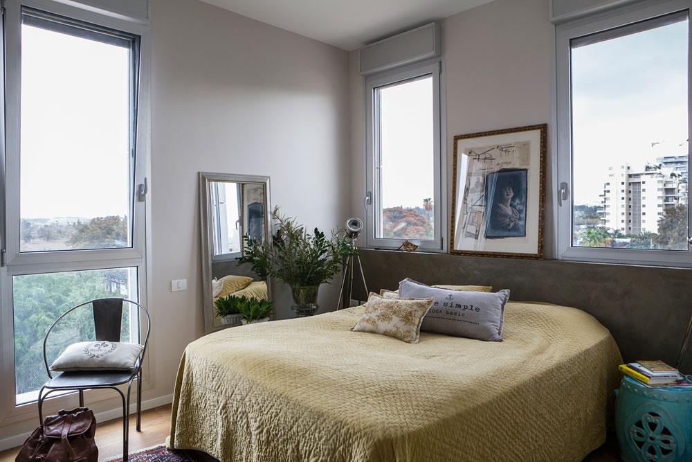 סוויטת ההורים. המעצבת בנתה חצי קיר מגבס כדי שהמיטה לא תישען על החלון (צילום: איתי בנית)
