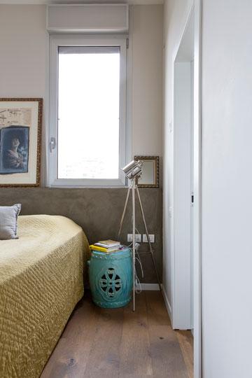כיסוי מיטה מקטיפה בגוון חרדל זהוב מתכתב עם הפרקט, שעשוי מעץ אלון צרפתי מבוקע ומעושן. פינה בחדר ההורים (צילום: איתי בנית)