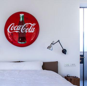 """חדר השינה למעלה. את הקיר מעטר פריט מ""""נקודת חן"""" בשוק הפשפשים (צילום: יואב גורין)"""