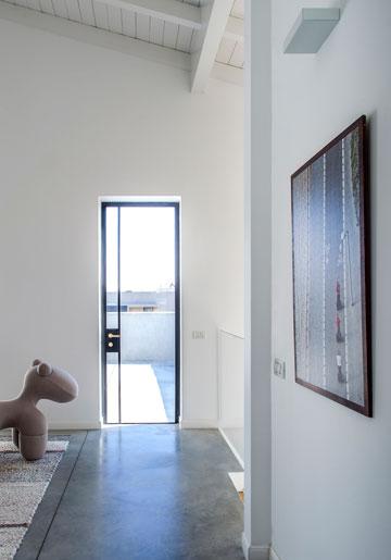 אזור הפנאי שבמעלה המדרגות, ובו צילום נוסף של בן ברוך גוטסמן (צילום: יואב גורין)