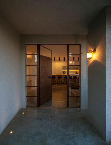 דלת הכניסה. הרצפה חופתה בבטון (צילום: יואב גורין)