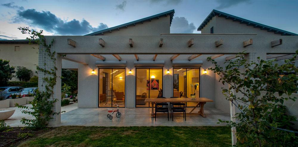 השכונה נבנתה עם כמה טיפוסים של בתים, כפי שנהוג בהרחבות רבות, ובני הזוג בחרו בדגם שתוכנן עם גג משופע (צילום: יואב גורין)