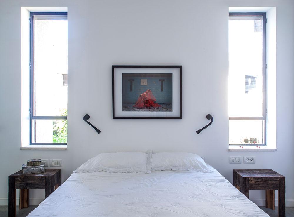 """חדר השינה בקומת הקרקע. בינתיים זה חדר אורחים, בעתיד ישתנה תפקידו. בין החלונות תלוי צילום של ליאור חורש מתוך הפרויקט """"human/nature"""" (צילום: יואב גורין)"""