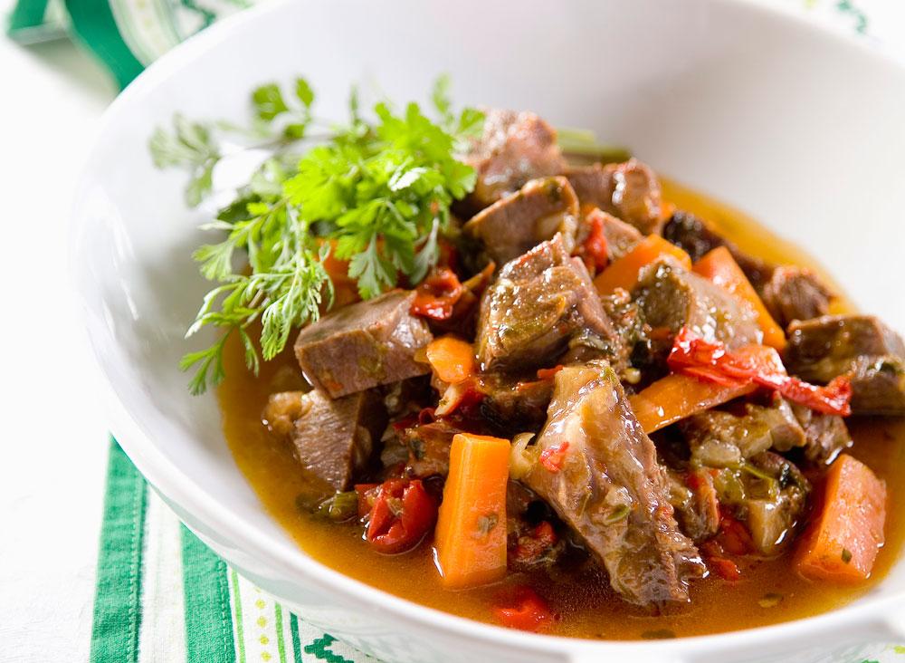 תבשיל בשר עם פלפלים (צילום: יוסי סליס, סגנון: נטשה חיימוביץ')